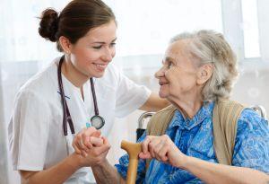 Altenpfleger bei der Arbeit