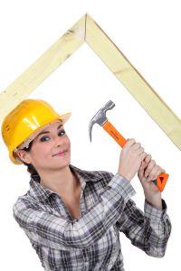 Junge Dachdeckerin mit Werkzeug