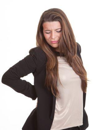 Frau leidet an Rückenschmerzen