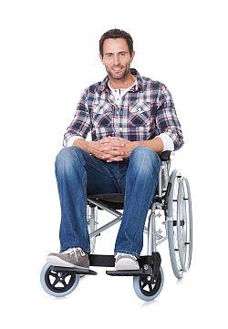 Mann im Rollstuhl ist berufsunfähig