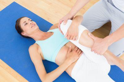 Physiotherapeutin bei der Arbeit