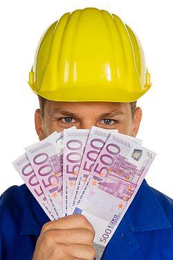 Bauarbeiter mit Geldscheinen