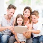 Familie sucht im Netz nach Berufsunafähigkeitsversicherung